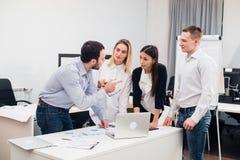 Groeps Jonge Medewerkers die Grote Economisch besluiten maken Het creatieve Moderne Bureau van Team Discussion Corporate Work Con Royalty-vrije Stock Afbeeldingen