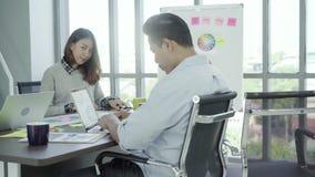 Groeps jonge medewerkers die samen creatief project bespreken tijdens de moderne collega's van het het werkproces in het slimme v stock footage