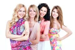 Groeps jonge mooie glimlachende vrouwen stock afbeeldingen