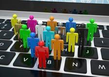 Groeps mensen cijfers aangaande laptop Stock Foto's