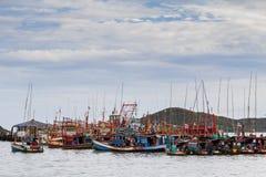 Groeps vissersboot in de haven wordt vastgelegd die Royalty-vrije Stock Foto