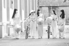 Groeps vrouwelijke studenten met eenvormige lange kleding royalty-vrije stock fotografie