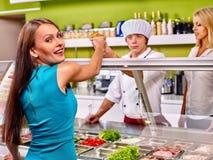 Groepsmensen bij cafetaria Royalty-vrije Stock Afbeelding