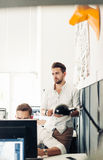 Groepsontwerpers en architecten die in Bureau samenkomen stock foto