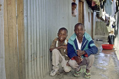 Groepsportret en het dagelijkse leven in Keniaanse krottenwijk stock foto's
