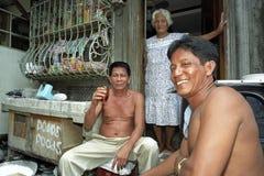 Groepsportret van drinkende Filipijnse mensen voor Kruidenierswinkel stock foto