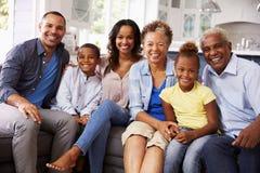 Groepsportret van multigeneratie zwarte familie thuis royalty-vrije stock fotografie
