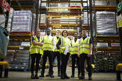 Groepsportret van personeel bij distributiepakhuis, lage hoek royalty-vrije stock foto's