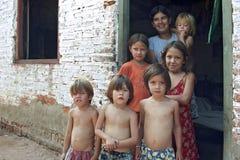 Groepsportret van slechte Paraguayaanse kinderen in krottenwijk royalty-vrije stock foto's