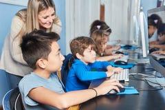 Groepsstudent en leraar bij e-leert stock afbeeldingen