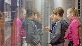 Groepstiener die glasshowcase op tentoonstelling in historisch museum kijken stock video