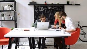 Groepswerk: bedrijfsbespreking bij de bureaulijst stock videobeelden