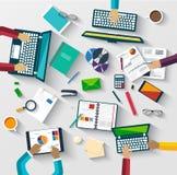 Groepswerk bij lijst, bedrijfsstrategie, statistiek Royalty-vrije Stock Afbeelding