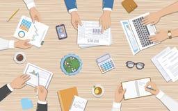 Groepswerk, commercieel vergaderingsconcept Bedrijfsmensen bij het bureau met documenten, laptop Royalty-vrije Stock Fotografie