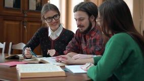 Groepswerk in de Bibliotheek stock footage