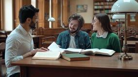 Groepswerk in de Bibliotheek stock videobeelden