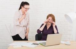 groepswerk De vrouwen bespreken project in bureau stock afbeeldingen