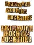 Groepswerk die letterzetsel samenwerken Stock Afbeelding