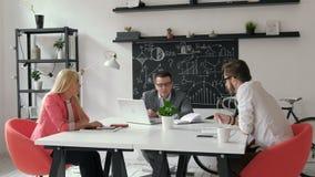 groepswerk Drie jonge architecten die aan een projectjaren '20 4k werken stock video
