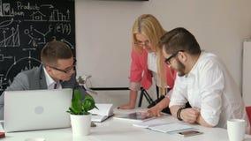 groepswerk Drie jonge architecten die aan een projectjaren '20 4k werken stock videobeelden