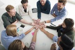 Groepswerk en brainstormingsconcept met zakenlieden die een idee met een lamp delen Concept opstarten stock fotografie