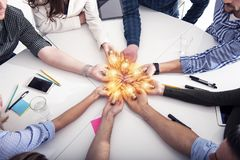Groepswerk en brainstormingsconcept met zakenlieden die een idee met een lamp delen Concept opstarten stock foto