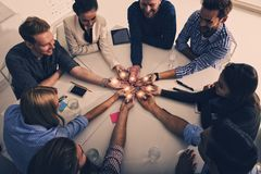 Groepswerk en brainstormingsconcept met zakenlieden die een idee met een lamp delen Concept opstarten stock afbeelding