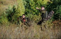 Groepswerk en steun Activiteit voor echt mensenconcept Jagersjachtopzieners die dier of vogel zoeken De jacht met royalty-vrije stock foto's