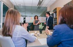 Groepswerk het toejuichen aan vrouwenleider voor succes in bedrijfsproject Stock Fotografie