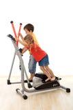 Groepswerk - jonge geitjes die op elliptische trainer spelen Stock Foto's