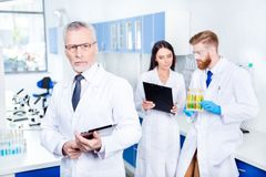 Groepswerk in laboratorium Sluit omhoog geconcentreerd portret van professor in laboratorium c stock fotografie