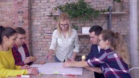 Groepswerk in modern bureau, Succesvolle bedrijfsmensen die aan ontwikkelingsproject van nieuwe bedrijfsideeën op groot werken stock videobeelden