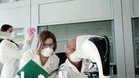 Groepswerk reasercher in laboratorium die experiment doen stock footage