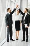 groepswerk Succesvolle Bedrijfsmensen die een Overeenkomst vieren Stock Afbeeldingen