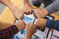 Groepswerk van collegaassemblage, Commercieel team die samenbrengend vuist in cirkel als groepswerk van de verbindingsvergadering royalty-vrije stock afbeelding