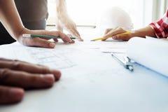 Groepswerk van ingenieursvergadering voor architecturaal project stock afbeeldingen
