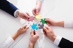 Groepswerk van partners Concept integratie en opstarten met raadselstukken Stock Afbeelding