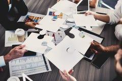 Groepswerk van partners Concept integratie en opstarten met raadselstukken Stock Foto's