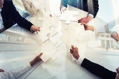 Groepswerk van partners Concept integratie en opstarten met raadselstukken Dubbele blootstelling Royalty-vrije Stock Afbeeldingen