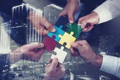 Groepswerk van partners Concept integratie en opstarten met raadselstukken Dubbele blootstelling Stock Foto's