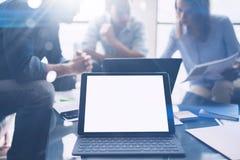 Groepswerkproces De jonge medewerkers werken met nieuw startproject in bureau Analyseer document, plannen Moderne laptop op hout stock afbeeldingen