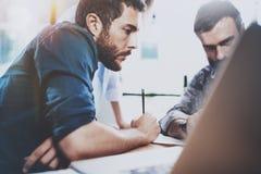 Groepswerkproces Groep jonge medewerkers die moderne coworking studio samenwerken Jongeren die gesprek maken met Stock Afbeelding