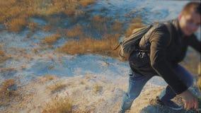 Groepswerktoeristen langzame geanimeerde video vriendschap wandelingshulp elkaar het silhouet van de vertrouwenshulp in bergen stock footage