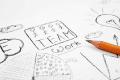 Groepswerkwoorden op het document met schets stock fotografie