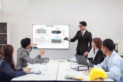 Groepswerkzakenman en ingenieur in koffie openlucht met mede laptop Stock Afbeelding