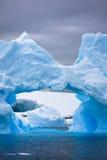 Großer antarktischer Eisberg Stockfotos