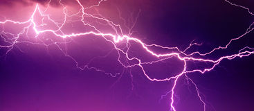 Großer Blitz auf dem Himmel Stockbild