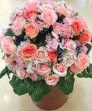 Großer Blumenstrauß der großen Liebe der Rosen Stockbilder