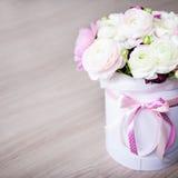 Großer Blumenstrauß des Sommers blüht im weißen runden Kasten Lizenzfreies Stockbild