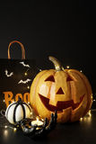 Großer Halloween-Kürbis mit Lichtern Stockfotografie